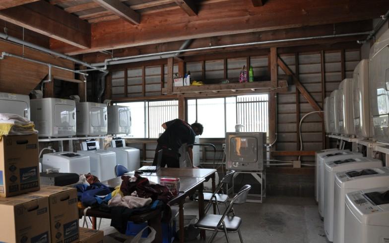 【画像13】離れの1階。ずらりと洗濯機が並ぶ。クラブハウスができて、もっとも仕事の負担が軽減されたのは、チームスタッフだとか(写真撮影:嘉屋恭子)