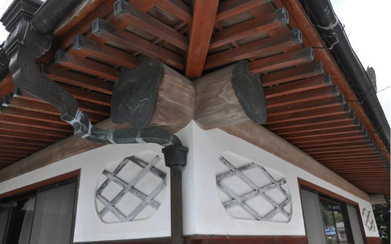 【画像4】母屋の一部。漆喰仕上げに太い梁。等間隔に配された垂木。日本家屋って美しい(写真撮影:嘉屋恭子)