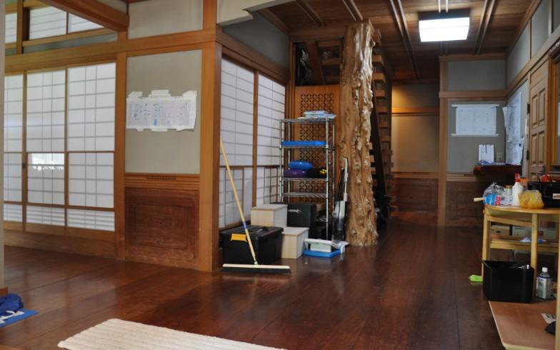 【画像5】玄関を入ったところ。正面にある柱が存在感を放つ。周囲にスポーツ用品が置いてあるギャップがいい(写真撮影:嘉屋恭子)