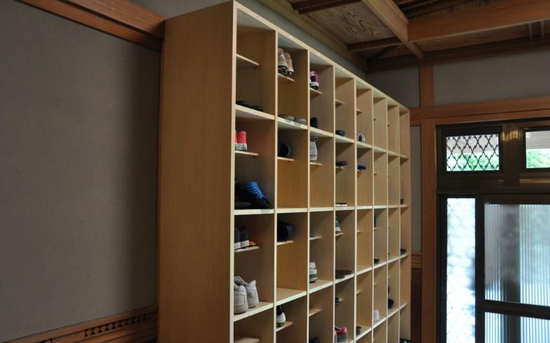 【画像6】玄関に設置された靴箱。ここだけ学校のよう(写真撮影:嘉屋恭子)
