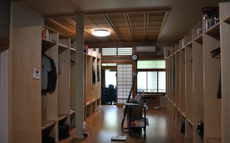 【画像8】選手のロッカールーム。一見すると普通だが、奥の建具は障子(写真撮影:嘉屋恭子)