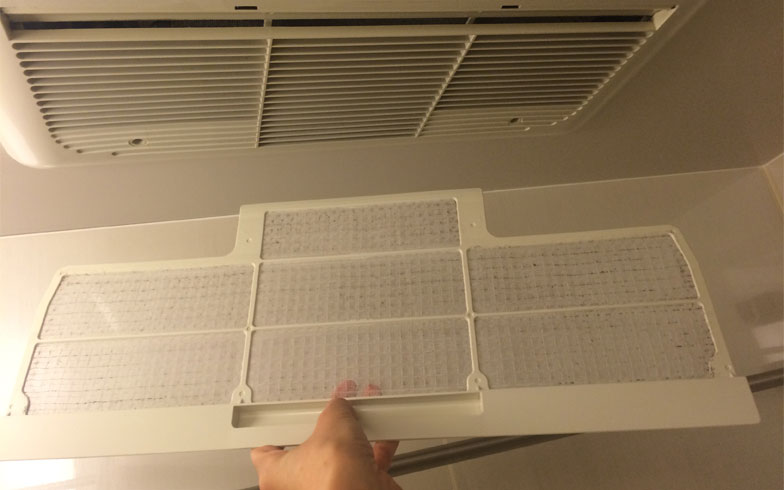 【画像1:お風呂場の換気扇】換気をしっかり行うために換気扇のフィルターのほこりをこまめに取る