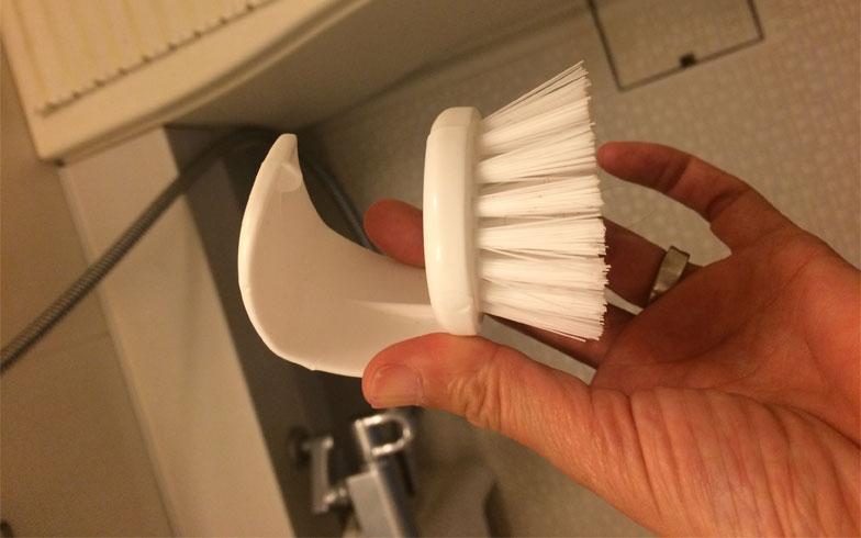 【画像2:ミニブラシ】毎日の掃除をサッとできるように、ミニブラシをお風呂場に常時スタンバイ