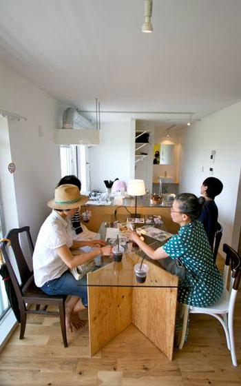 【画像2】リビングがカフェコーナーに早変わり(写真撮影:井村幸治)