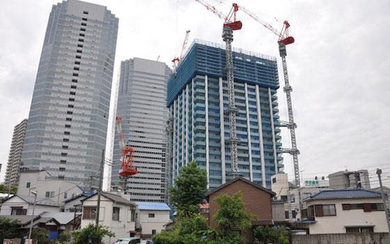【画像1】鹿島田駅周辺でもタワーマンションの建設が行われている。川崎市の担当者は、完成時期が遅れるなどの情報を収集しているという(写真撮影:嘉屋恭子)