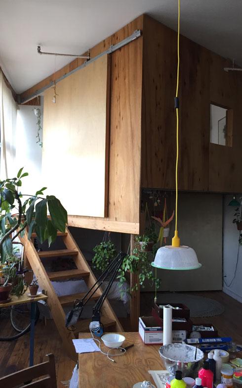 【画像5】小屋の反対側のツリーハウス。以前は、階下を二人の仕事スペースにしていたが、今は来客用の寝室となっている(撮影:小野有理)