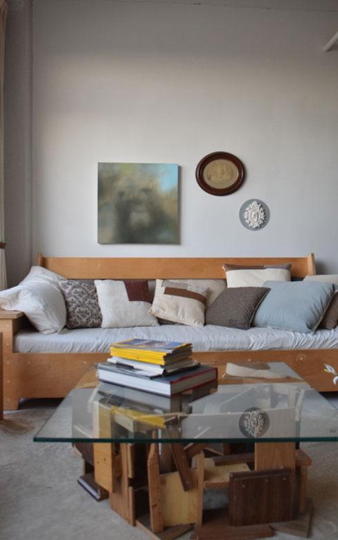 【画像9】リビングの自作のコーヒーテーブルとソファ。置く場所や使い途を考えながら木材を触っているとき時間を忘れる(撮影:小野有理)
