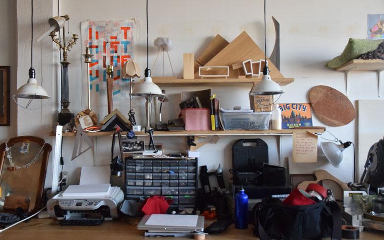 【画像10】アトリエとして使っている場所には壁にいくつもの棚を設けて、よく使う機材を収納したり、大切な思い出の品をディスプレイしている(撮影:小野有理)