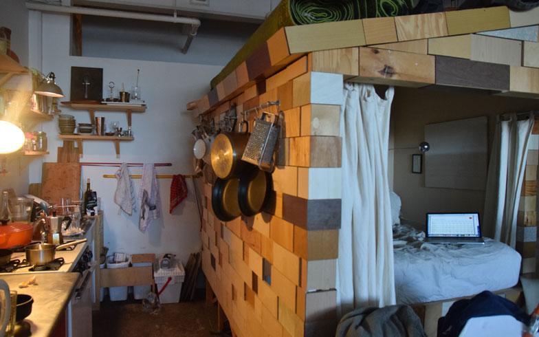 【画像12】小屋の壁には大小とりどりの鍋やフライパンがかけられている。収納が少なくても大丈夫(撮影:小野有理)