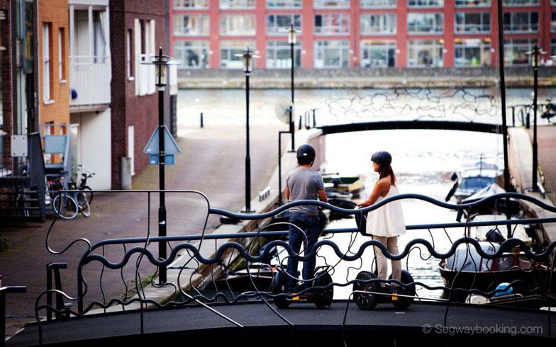 【画像2】世界1000カ所以上でシティガイドツアーが行われている。写真はオランダのアムステルダム(画像提供:セグウェイジャパン)