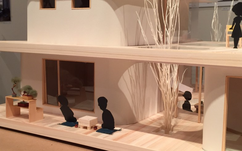 【画像2】お父さんが伊佐坂先生と将棋をするおなじみの景色もなんだかおしゃれに(写真撮影:SUUMOジャーナル編集部)