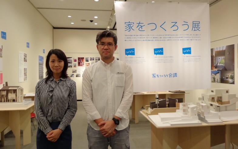 【画像5】展示の解説をしてくれた都留さん(左)と村田さん(右)。お二人とも「家をつくろう会議」メンバーの建築家です(写真撮影:SUUMOジャーナル編集部)