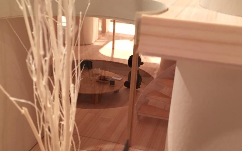 【画像7】家の中にももちろんちゃぶ台が。一段低くしてあり、リラックスできそう。時代を反映してフネさんは新聞ではなくiPadをいじっています。芸が細かい!(写真撮影:SUUMOジャーナル編集部)