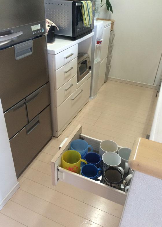 【画像4】コップは食器棚の中ではなく取り出しやすい冷蔵庫の前(写真撮影/古堅純子)