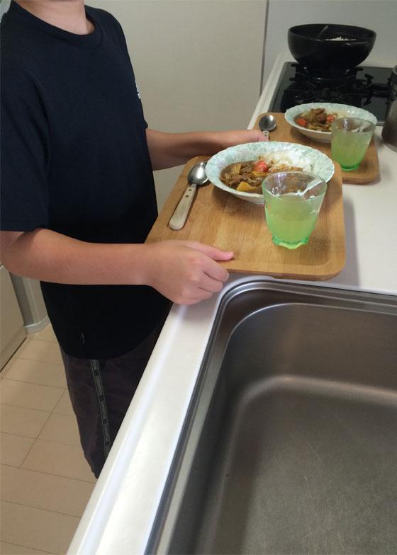 【画像6】食事はトレイで運んで食べ終わったらトレイごと下げる(写真撮影/古堅純子)