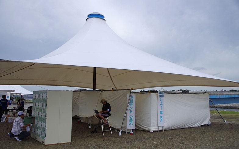 【画像4】更衣テントとシャワーは100円、コインロッカーは200円で利用可能(写真撮影:玉置豊)