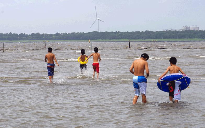 【画像5】待ちに待った海水浴を楽しむ子どもたち(写真撮影:玉置豊)