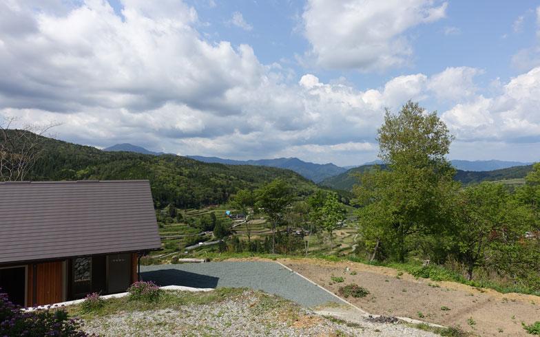 【画像1】標高600m、新居とその周囲の風景。稜線からたちのぼる雲を見ていると時間を忘れる(写真提供:イケダハヤト)