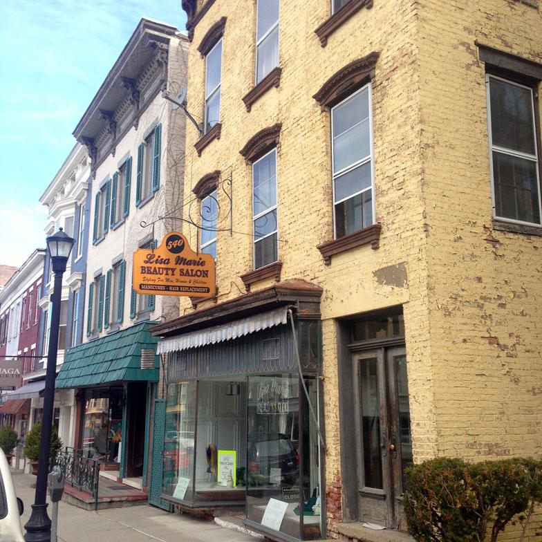 【画像1】古さを感じさせる商店の外観。ハドソンのメインストリートはこうした小さな商店が道路を挟んで両側に並び、一歩裏に入るともう住宅街というコンパクトさ(撮影:小野有理)