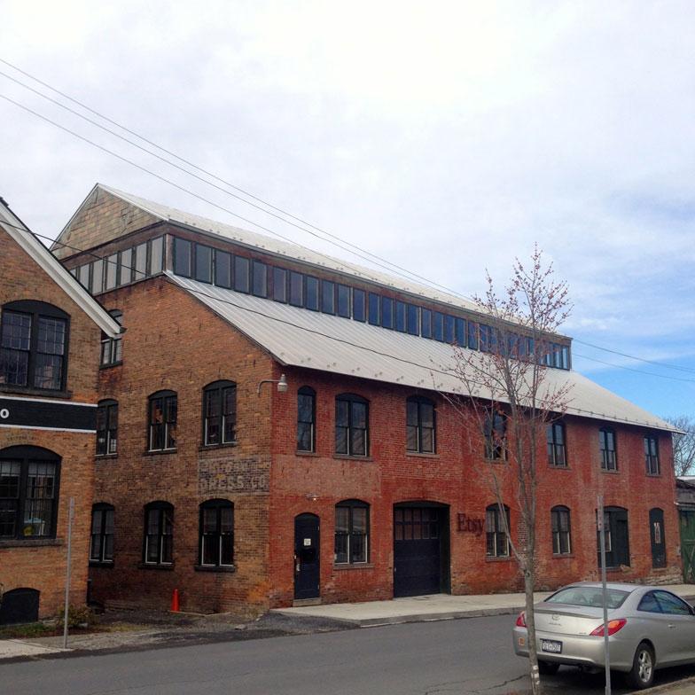 【画像4】18世紀のレンガ工場をリノベーションしたEtsyのオフィス。上部には日光がたくさん入るよう、大胆な改修跡も見える。創業地のブルックリンから初めて飛び出し支社を設けた地は、ブルックリンにも通じるクラフトマンシップ漂うハドソンだった(撮影:小野有理)