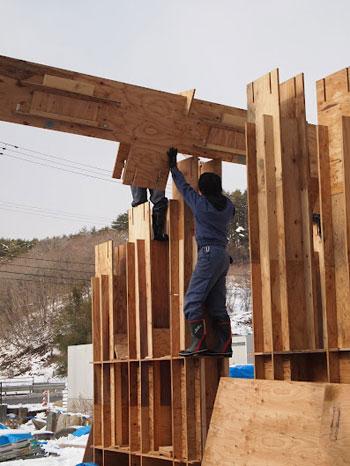 【画像1】作業中の『南三陸ベニヤハウス』。ベニヤ合板のパーツを組み合わせて柱・梁をつくる(画像提供:小林・槇デザインワークショップ/写真撮影:土井亘)