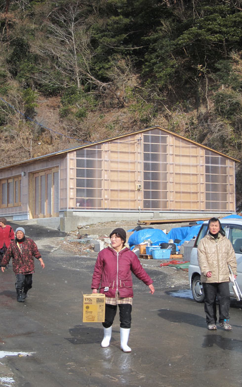 【画像3】地元の漁師たちが漁に出ていない時間をつかって建設した『前網浜ベニヤハウス』(画像提供:小林・槇デザインワークショップ/写真撮影:小林博人)