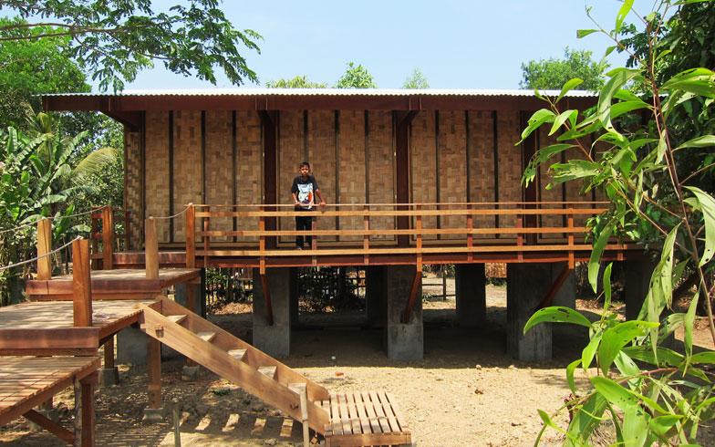 【画像5】ミャンマーの学習施設。ベニヤのほか、地元で手に入りやすく周囲の環境になじむ竹を使用(画像提供:小林・槇デザインワークショップ/写真撮影:小林博人)