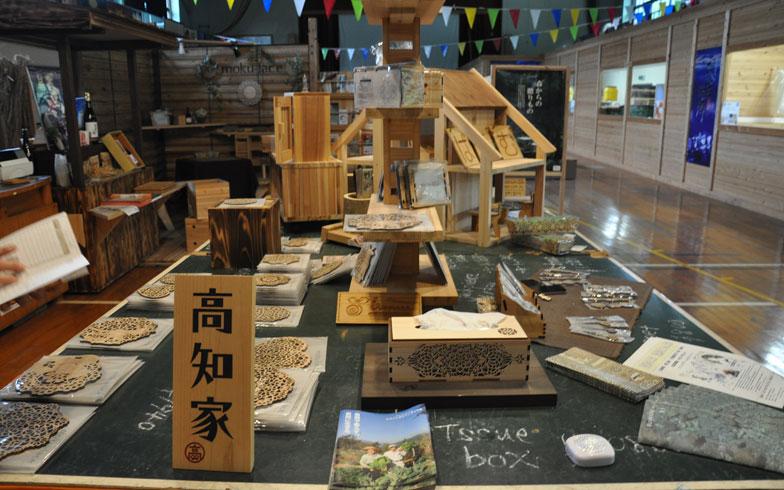 【画像2】移住者の才能や特技を活かし、木材などを使った新たな名産品をつくり、売りだす試みもはじまっている。ここだとお金は与えられるものではなく、稼ぐものだ(写真撮影:嘉屋恭子)