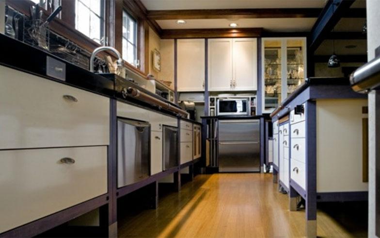 【画像4】ユニバーサルデザインにリフォームしたキッチン実例。 タオル掛けでもあるハンドルバーは、握力が無くても握りやすい太めに。視力も落ちるので、窓や照明で明るくなど、シニアだけでなく皆に優しいユニバーサルデザイン(資料提供:Craig Webb)