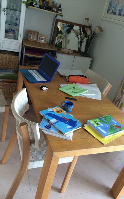 【画像2】ダイニングの「チョイ置き」。夏休みの宿題をやりっぱなしのダイニングテーブル(画像提供:古堅純子)