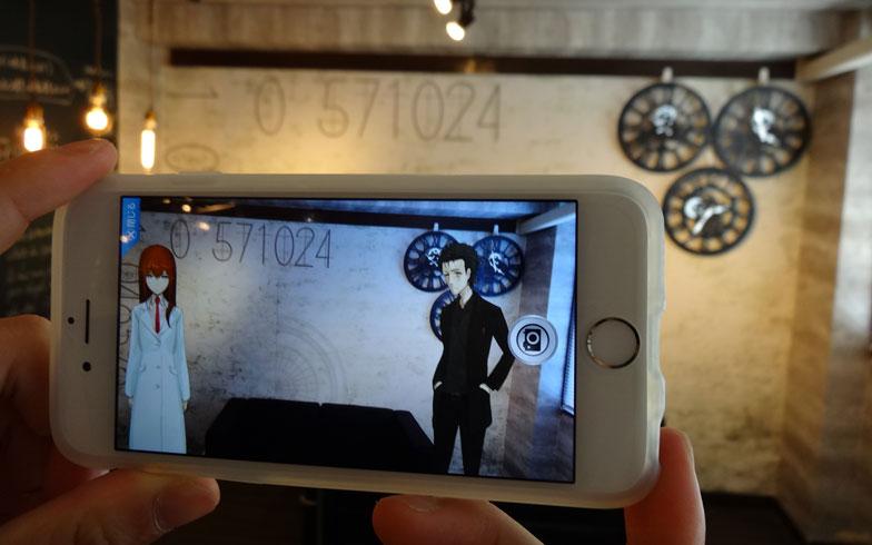 【画像2】アプリ「ふらっと案内」でARを試している様子。2人と記念撮影できます(写真撮影:SUUMOジャーナル編集部)