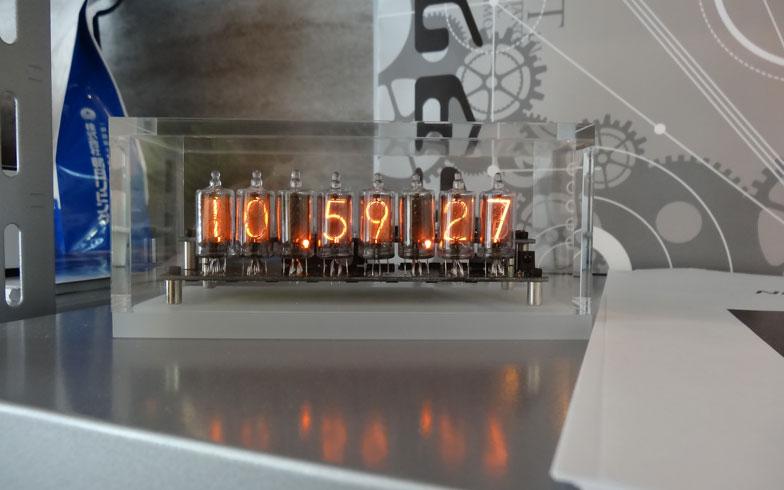 【画像4】ニキシー管でつくられた時計。時刻が表示されています(写真撮影:SUUMOジャーナル編集部)