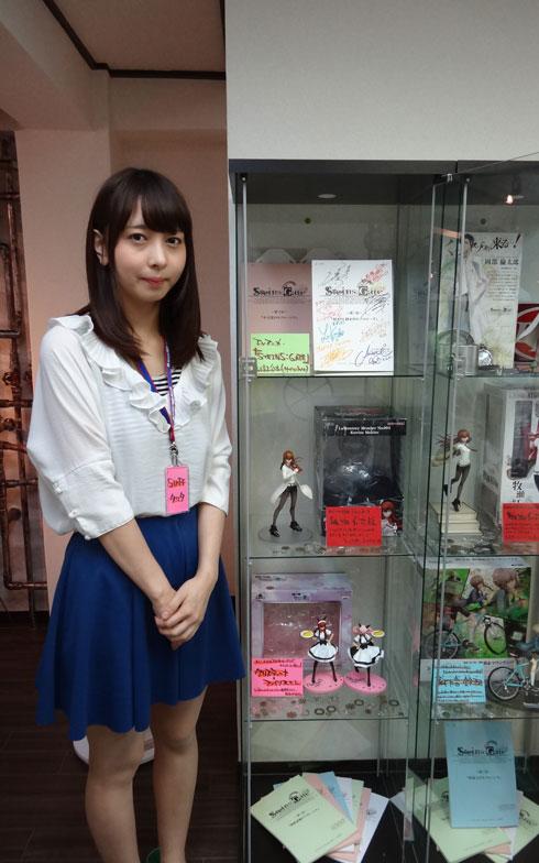 【画像5】ガラスケースに陳列されている、ファン垂涎のグッズや台本。写真左のスタッフの立田さんは筋金入りのシュタゲヲタです(写真撮影:SUUMOジャーナル編集部)
