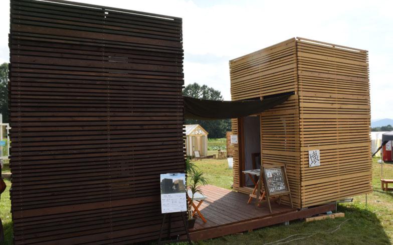 【画像1】キューブ型の「離れ」。左の小屋が完成形、右は展示用に内部の断熱材なども見ることができた(写真撮影/SUUMOジャーナル編集部)