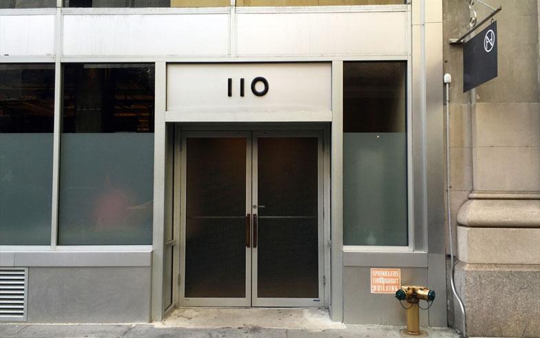 【画像1】あまりに素っ気ない入口。Neuehouseというサインも無く(ロゴは上部の旗のみ)入っていいものか戸惑う(撮影:小野有理)