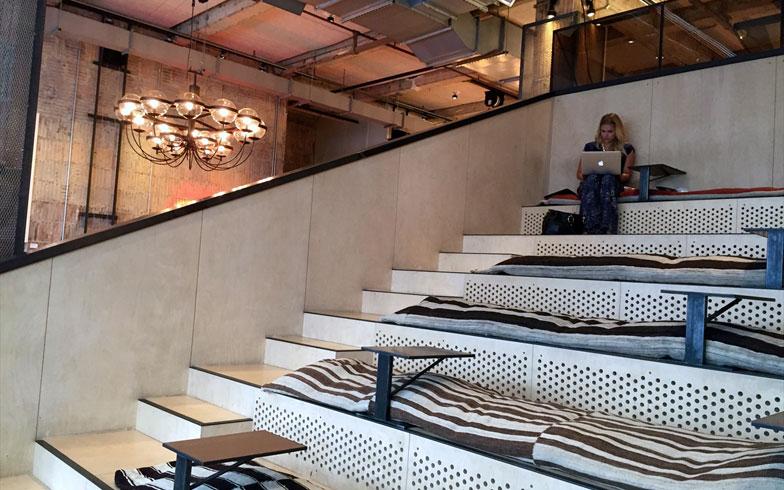 【画像3】画像2の階段をみた図。ふかふかのクッションが敷かれ各々、作業に没頭する。ここはメンバーを集めたトークイベントの会場にもなるそうだ(撮影:小野有理)