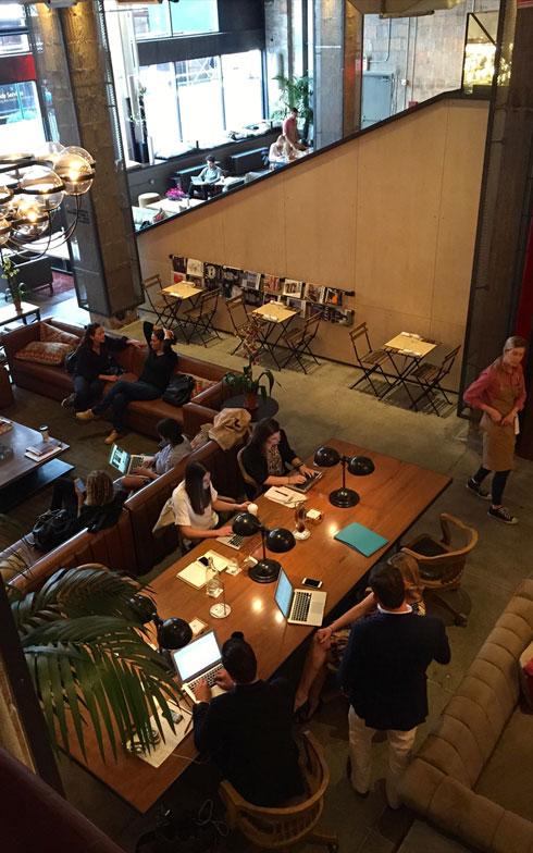 【画像7】吹抜けの上から見たラウンジ部分。右手にはカフェ・バーがあり、美味しいコーヒーの香りが漂う(撮影:小野有理)