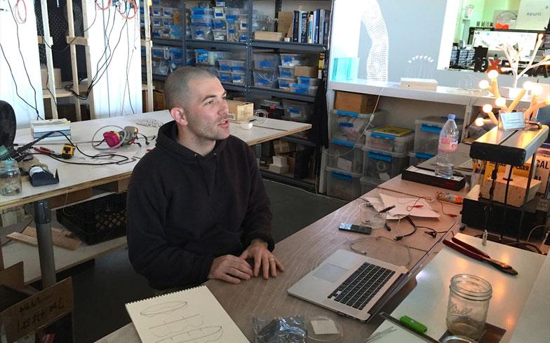 【画像13】動く照明をつくるテクノロジーアーティストのJason。ここに入って来てから、仲間も使える技術も一気に広がった。本当に来て良かったと思ってるよ、と話してくれた(撮影:小野有理)