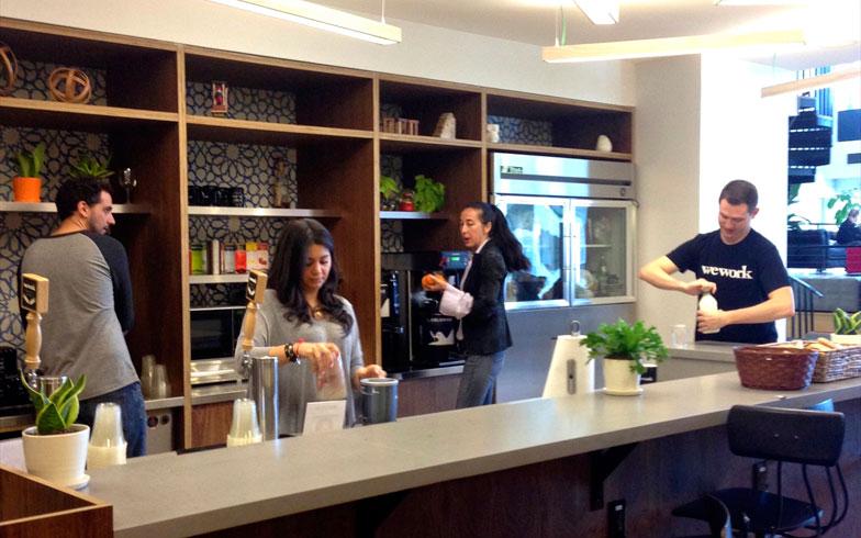 【画像18】ラウンジ脇のカフェスペース。訪れたのが朝だったので、やってきたメンバーたちが思い思いにコーヒーを入れたり、ジュースを手にとったり。ここの飲料は全て無料だそうだ(撮影:小野有理)