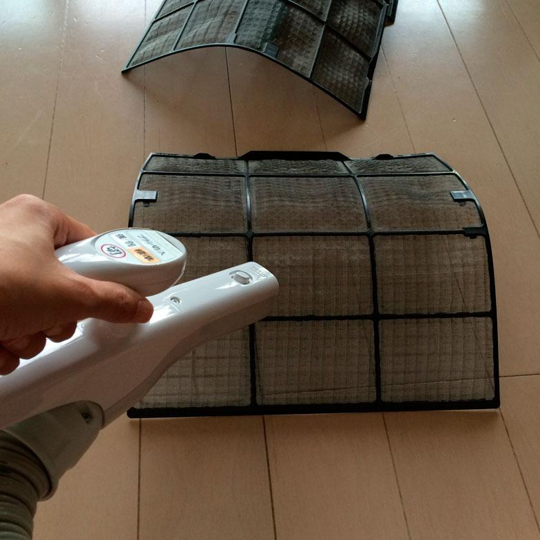 【画像3】エアコンのフィルターを掃除する(写真撮影/古堅純子)