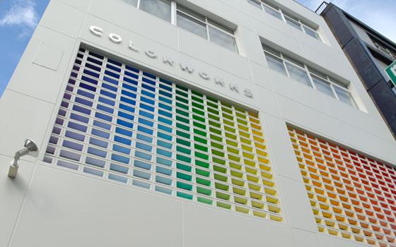 【画像13】カラーワークス『Palette Showroom』東京・東神田にある、カラフルな外観が特徴のビル。1階はカフェ、2−4階がショールーム&ギャラリー(画像提供:カラーワークス社)