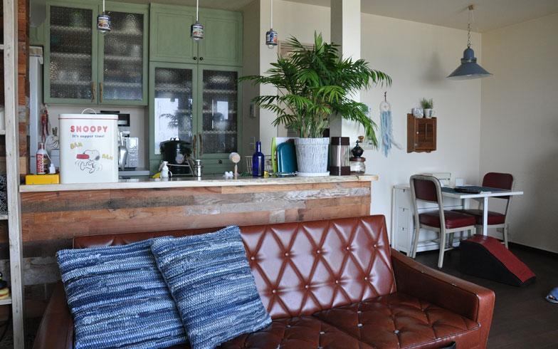 【画像1】リビング側からキッチンをのぞむ。ソファに腰掛けると目の前に海(写真撮影:嘉屋恭子)