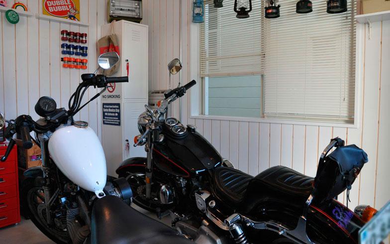 【画像4】今年誕生したガレージ。工務店に依頼し、コンクリートを流してもらった。以前は和室だったとは思えない変身ぶり。趣味のバイクも安心して置けるように(写真撮影:嘉屋恭子)