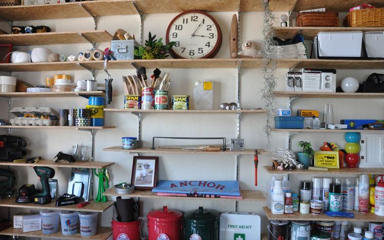 【画像7】作業部屋の壁にはDIYの道具がズラリ。「作業が途中で終わっても、この部屋に隠しておけるようになりました」とhitomixさん(写真撮影:嘉屋恭子)