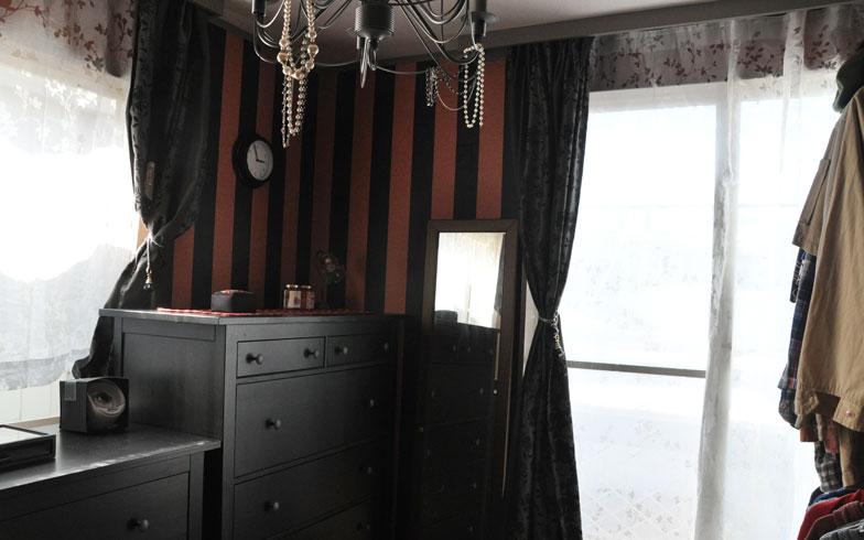 【画像8】クローゼット(右手前)を自作し、増えがちな衣類を吊るして置けるようにした部屋。少しテイストが違うものの、ホテルのよう (写真撮影:嘉屋恭子)