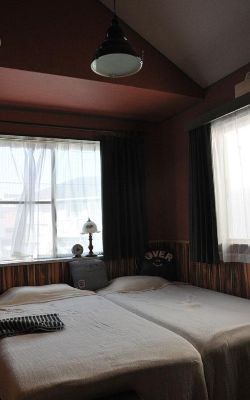 【画像9】すっきりとした寝室も、DIYで腰壁を張った。アメリカのモーテルのよう(行ったことないですが)(写真撮影:嘉屋恭子)