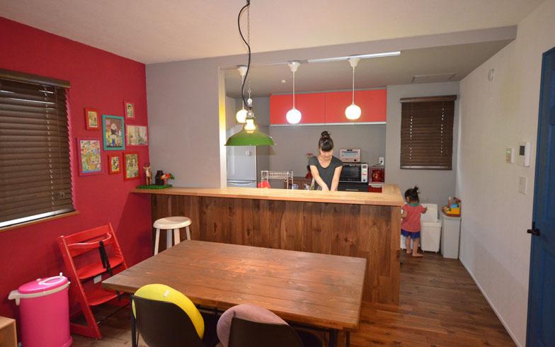 【画像8】キッチン部の壁面をグレーのクロスに、収納扉も赤に変更。キッチン全体の広さは一切変えていないが、より際立ったキッチン空間に(写真撮影:西村巌)