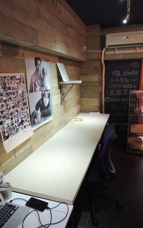 【画像2】デスクスペース。壁には棚を付けるなど自由にDIYできる(写真撮影:アポロ計画)