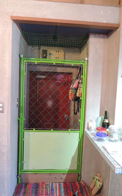 【画像5】猫が飛び出さないように、ドアの内側にガードフェンスを設置。ドアを開けておくと風通りも抜群(写真撮影:アポロ計画)