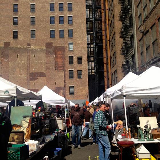 【画像4】摩天楼の一角で行われているアンティークマーケット。フードマーケットに負けず劣らずこちらも大にぎわいだ(撮影:小野有理)